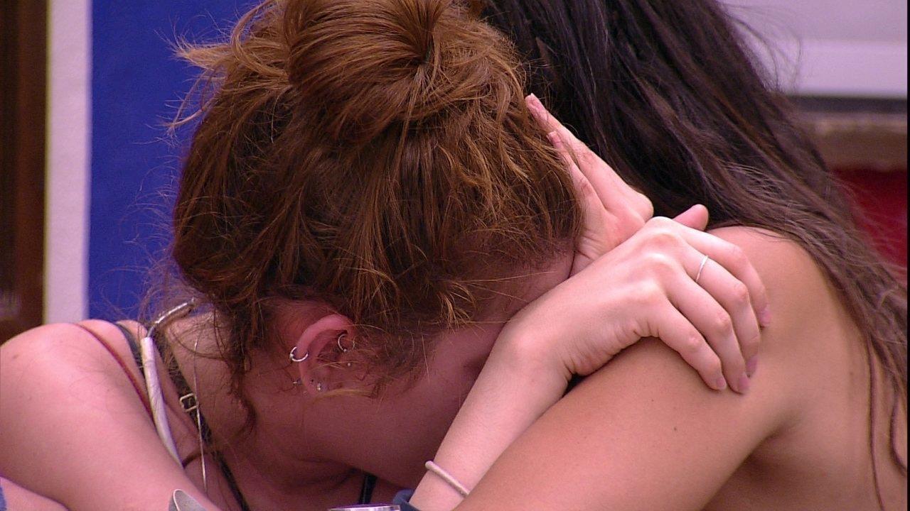 Ana Clara chora abraçada com Paula