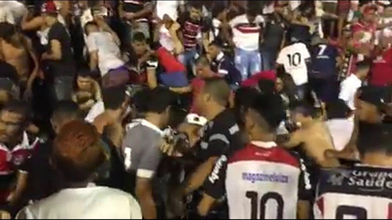 Vídeo mostra tumulto na torcida do Santa Cruz em duelo contra o Sport, na Ilha