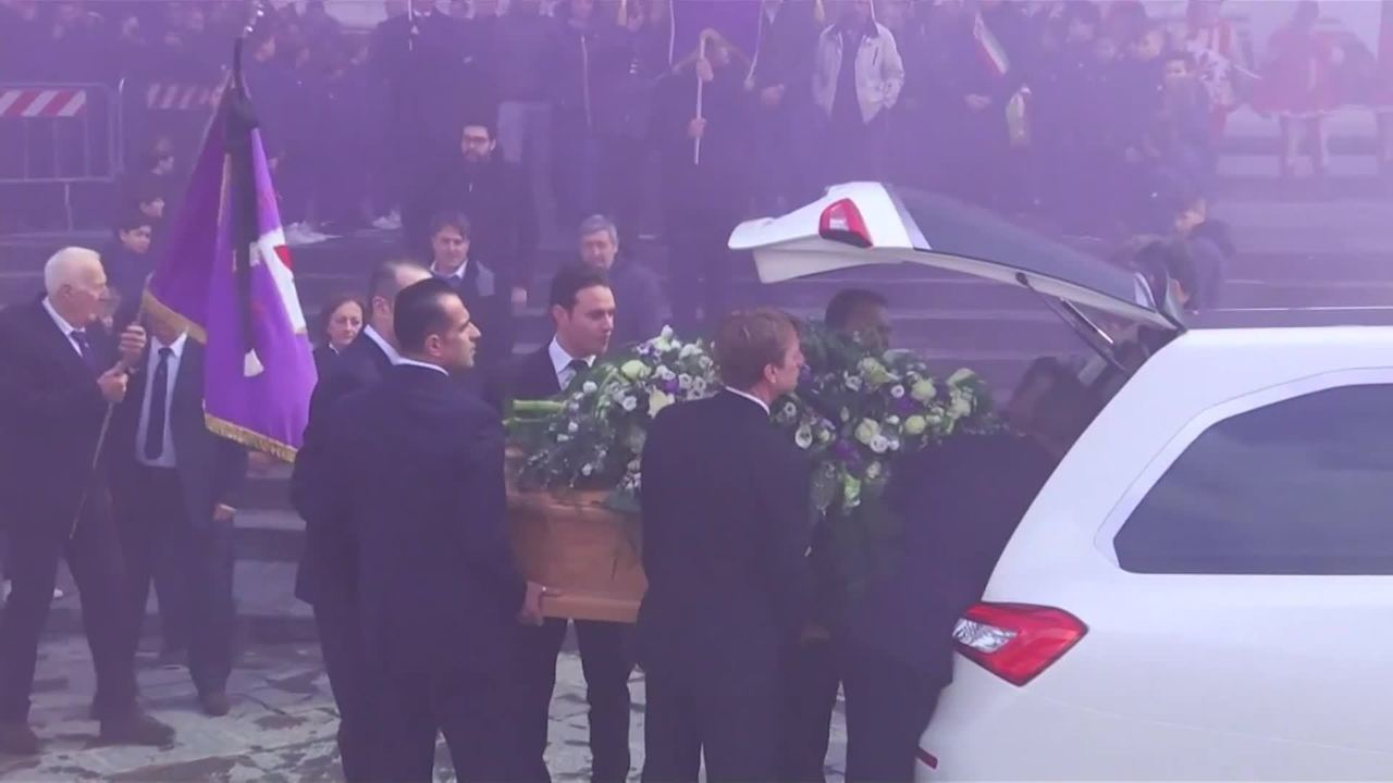 Em funeral, multidão se despede de Astori