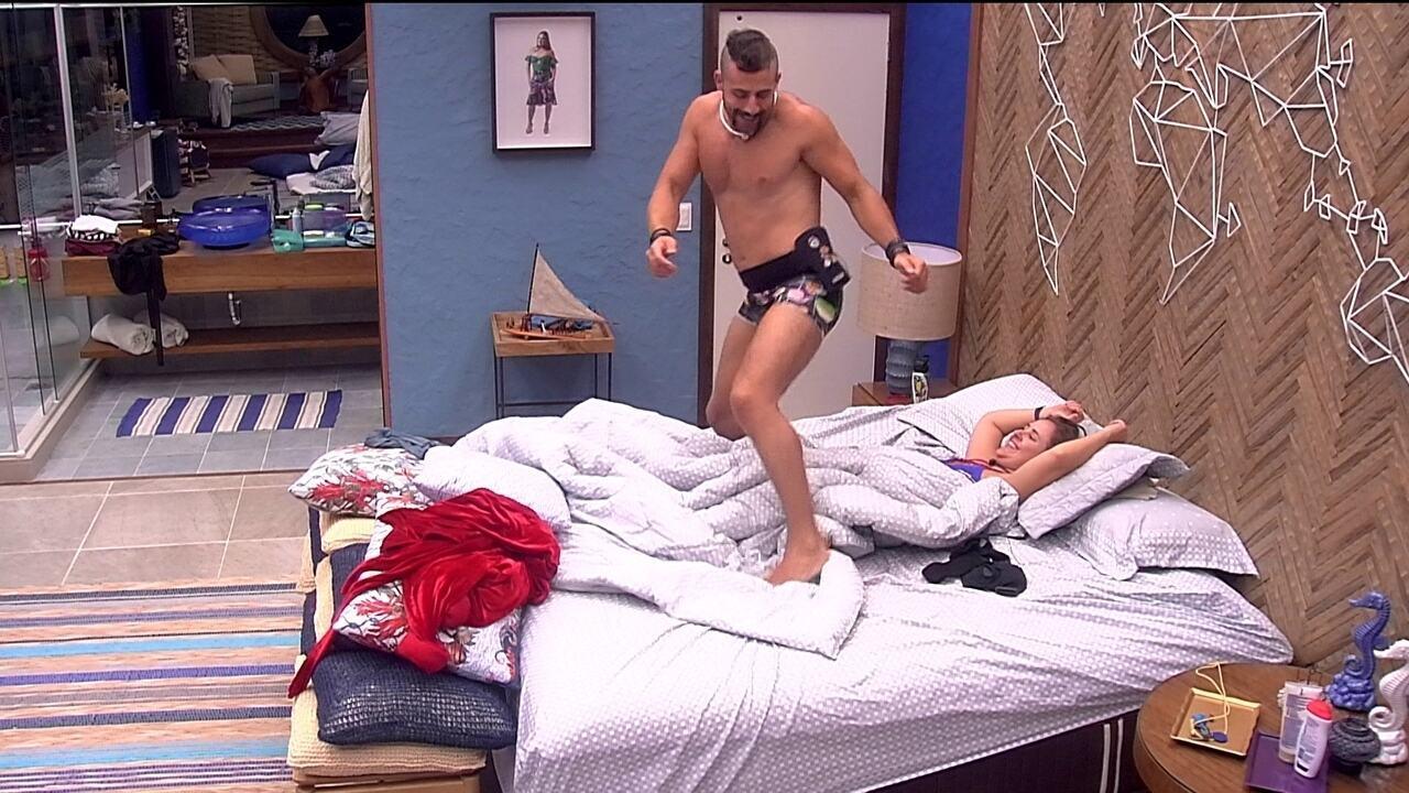Em cima da cama, Kaysar dança para Patrícia