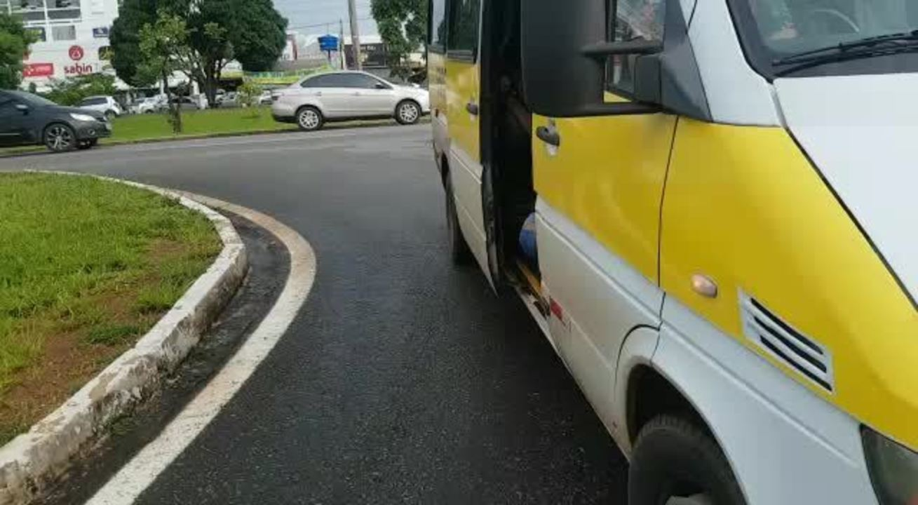 Van escolar flagrada transportando com 25 passageiros, no DF