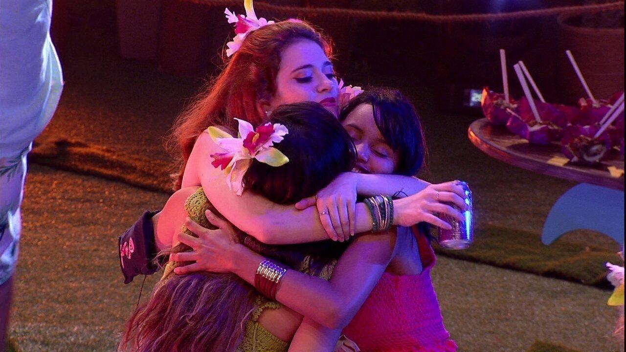 Ana Clara, Gleici e Paula se abraçam ao som de 'Oração'