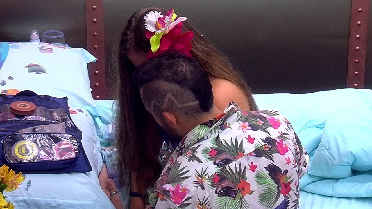 Durante festa, Patrícia chora e é consolada por Kaysar no Quarto Submarino