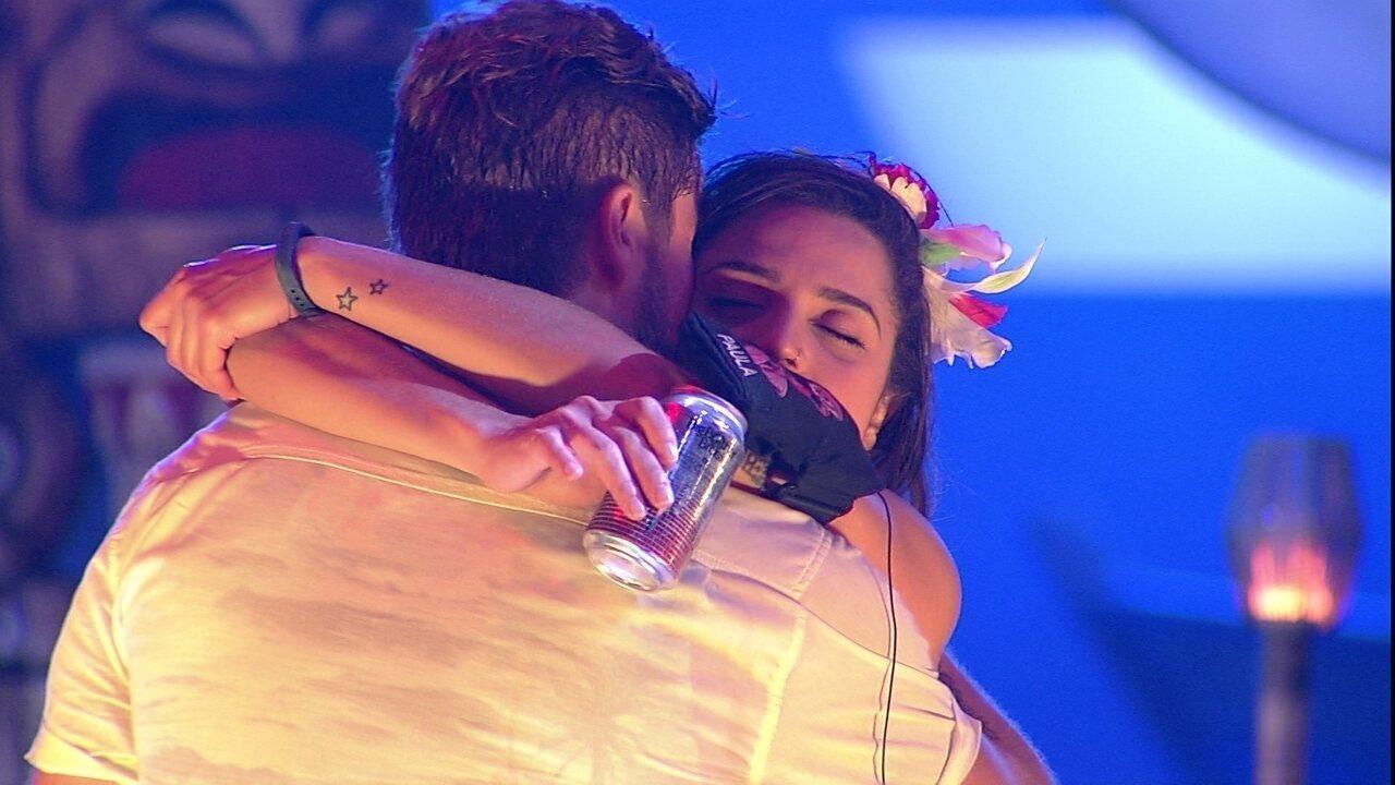 Breno beija pescoço de Paula, que diz: 'Também quero'