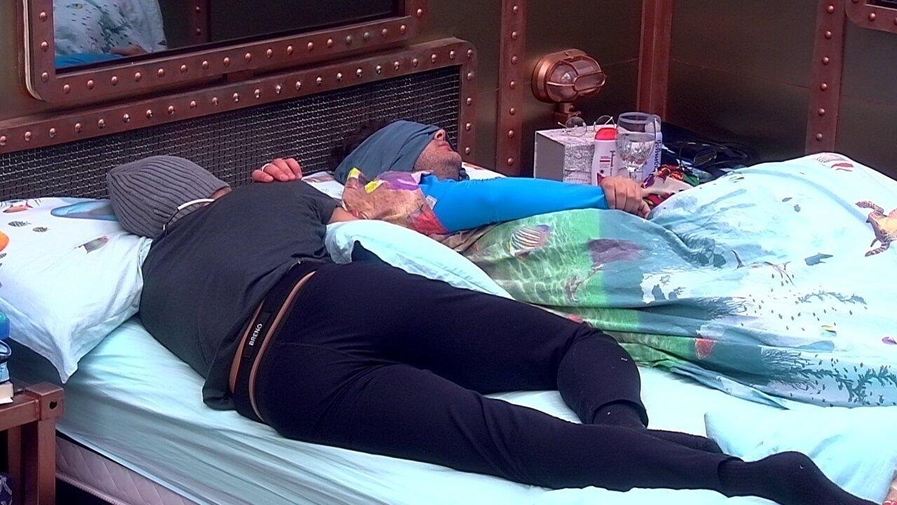 Breno dorme ao lado de Diego