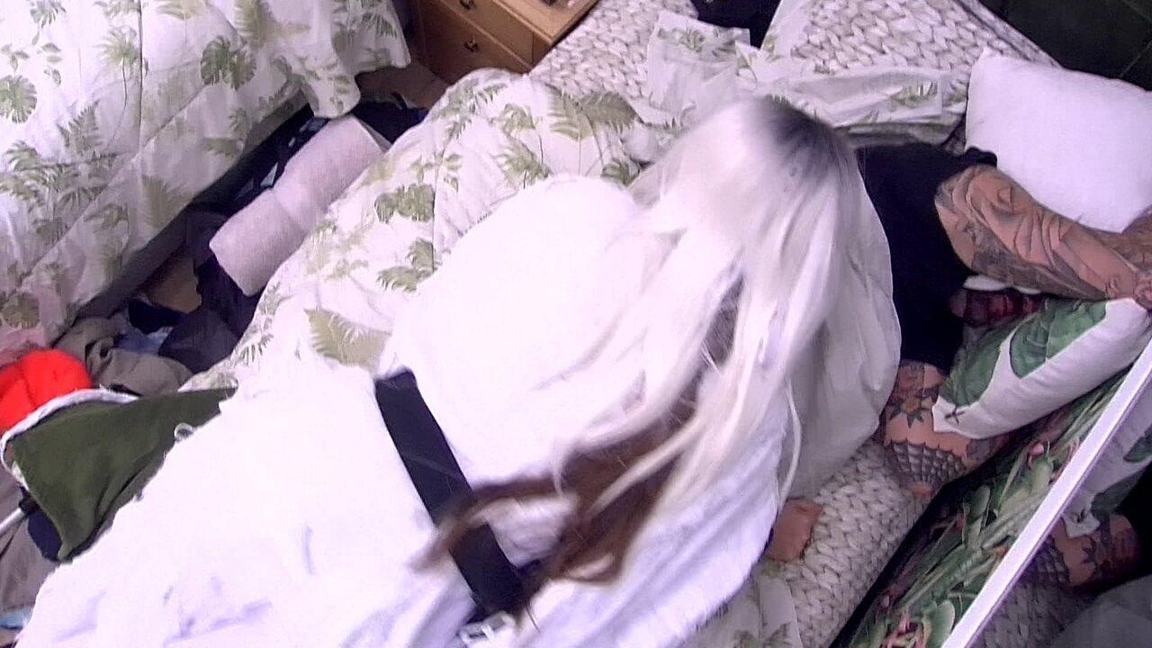 Patrícia 'assombra' Caruso e brother joga almofadas nela