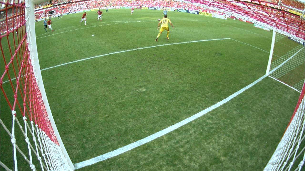 Everton chuta no canto esquerdo de Lomba, mas a bola sai aos 48m do 1T