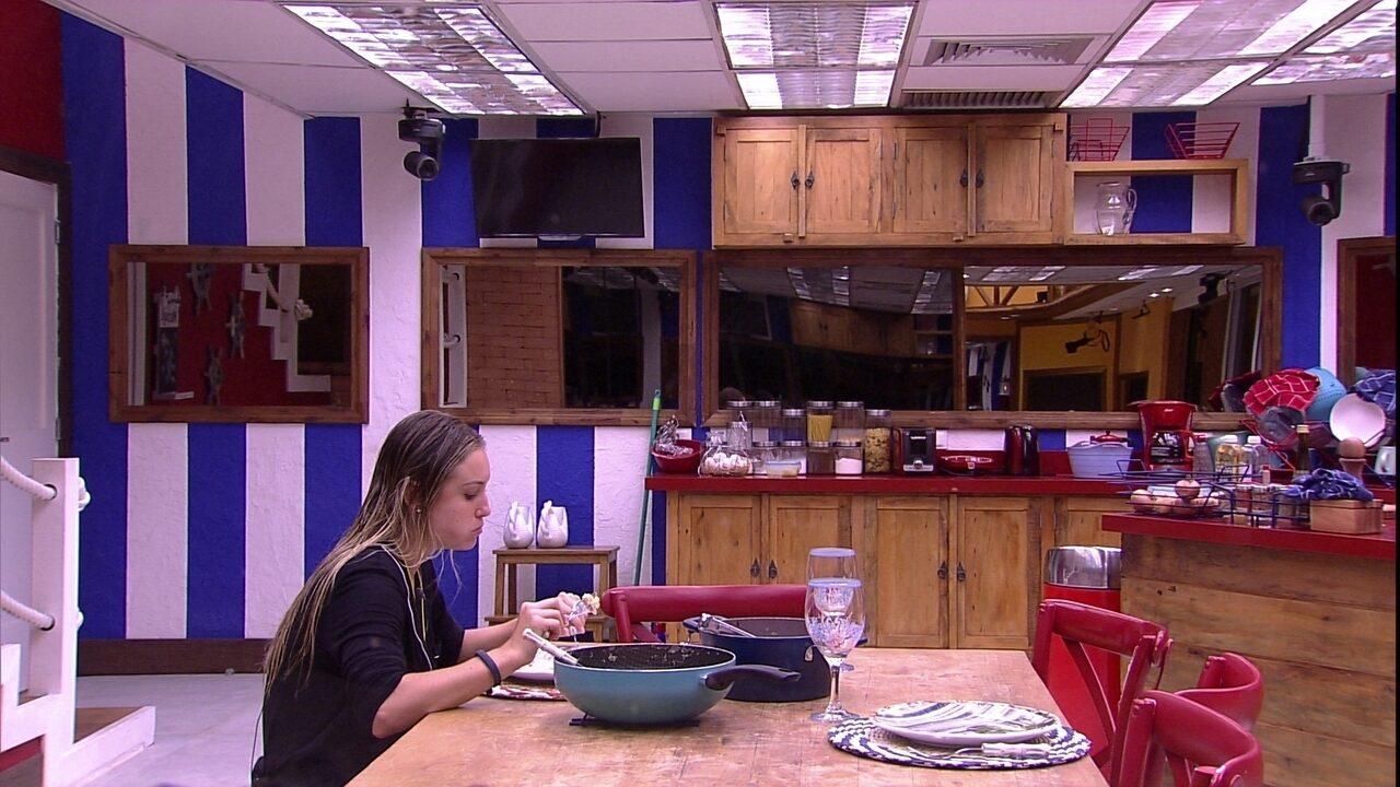 Jéssica faz refeição sozinha na cozinha