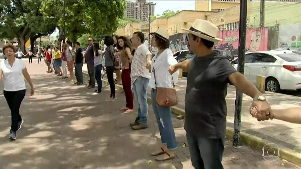 Moradores de Fortaleza protestam contra a violência e a morte de 7 pessoas em chacina