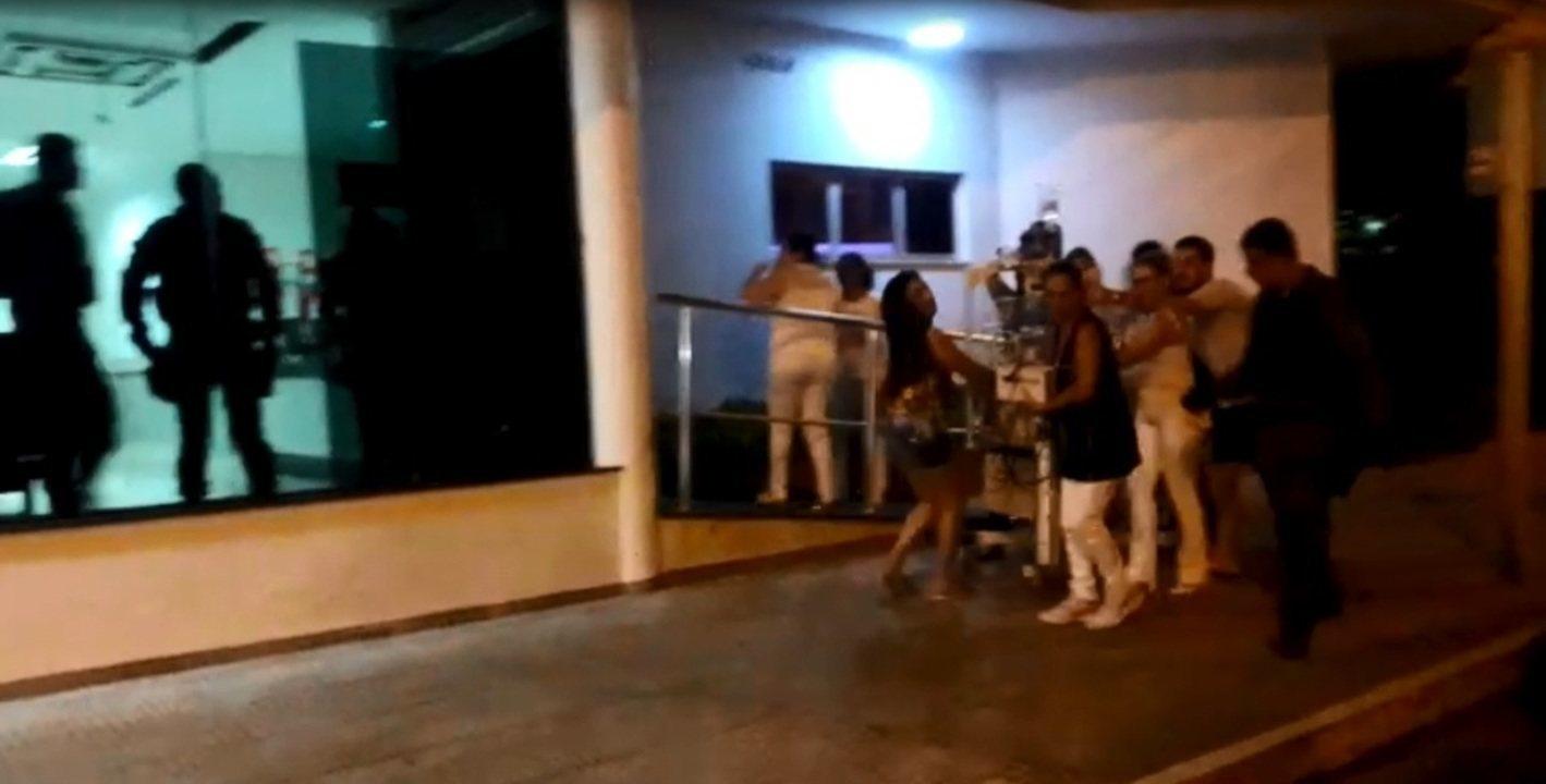 Vídeo mostra bebês sendo levados dentro de incubadoras