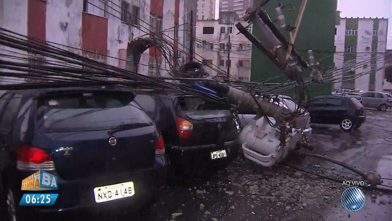 Poste cai em cima de carros no Conjunto Marback, no bairro do Imbuí