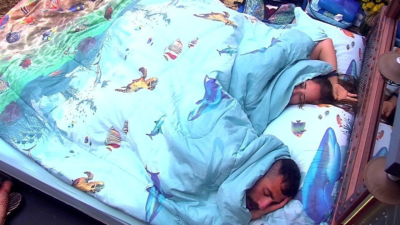 Kaysar e Patrícia dormem no Quarto Submarino