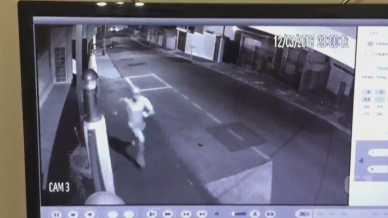 Câmeras de segurança flagram fuga de homem suspeito de roubo em Botucatu