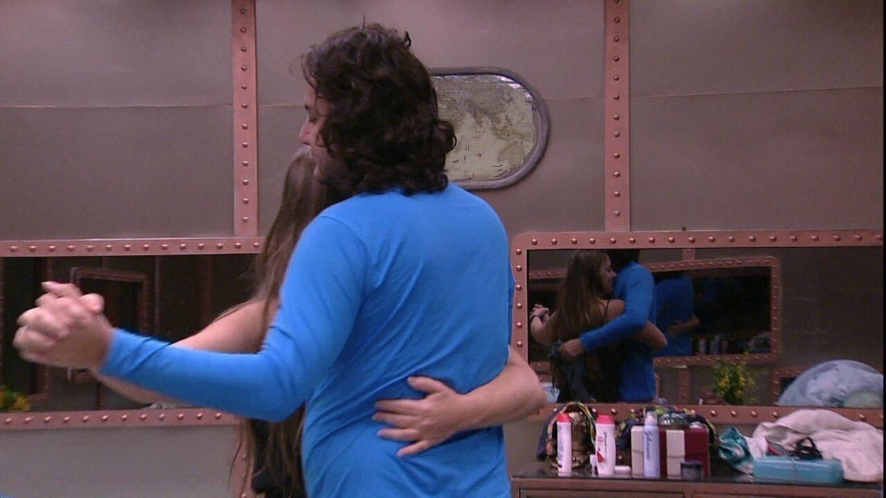 Patrícia e Diego dançam juntos em dia de Paredão