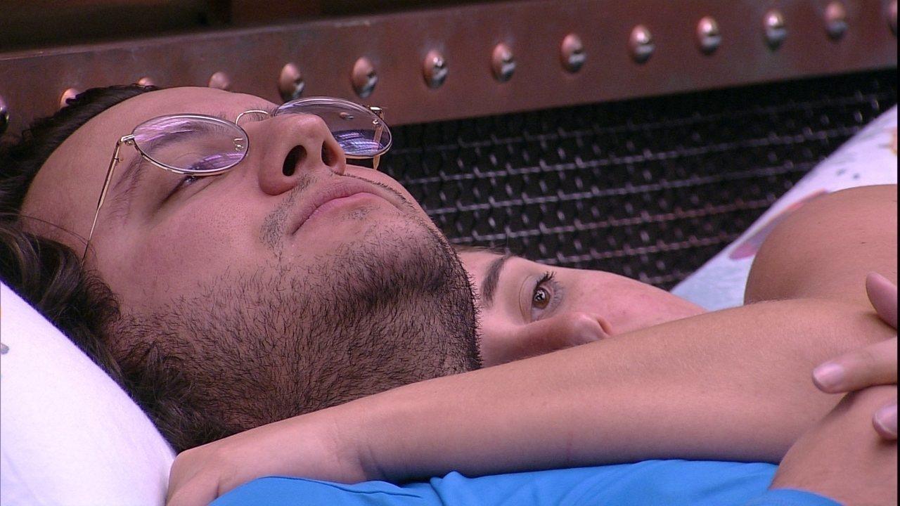 Diego e Patrícia ficam abraçados ao som de Legião Urbana