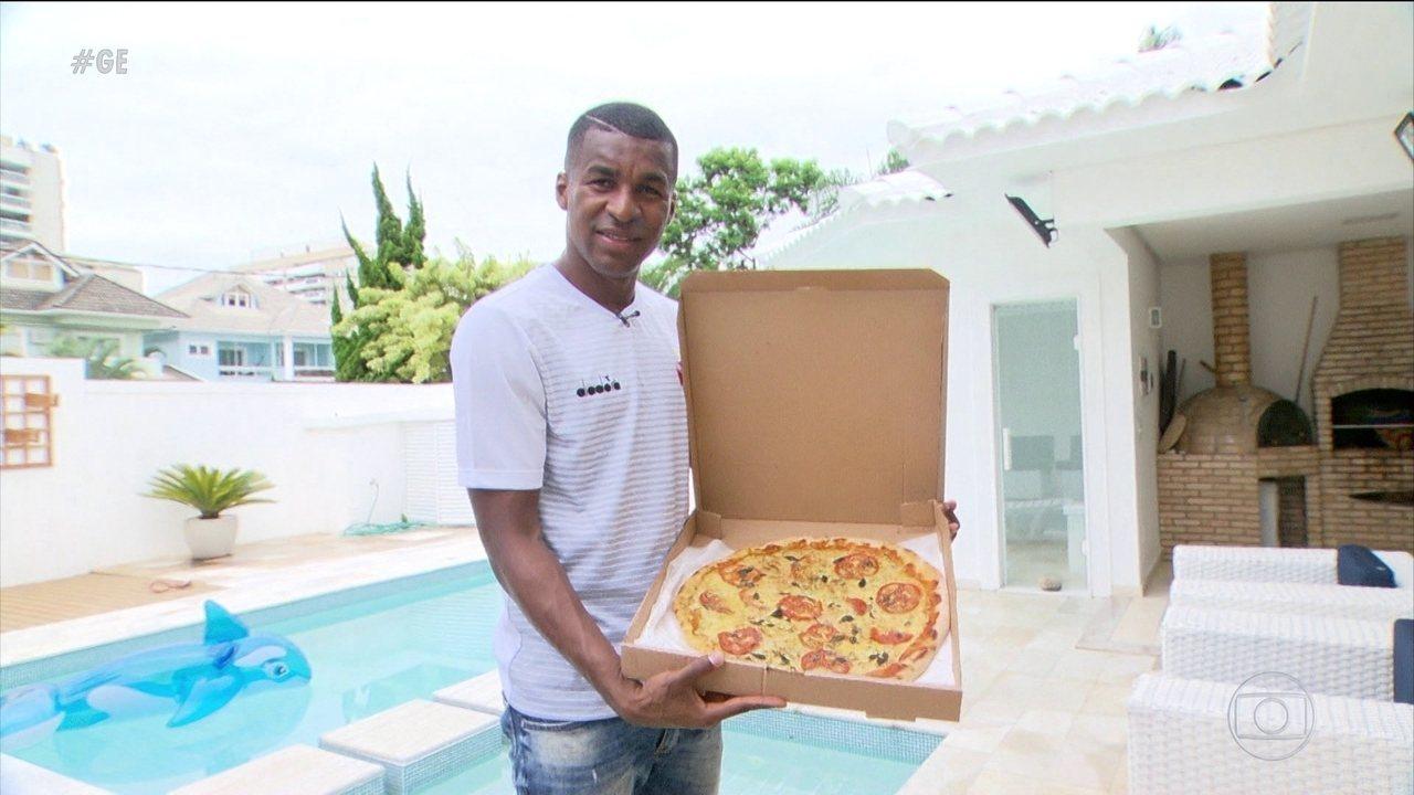f384ca1cec Começou em pizza  Erazo supera barreiras e comemora fluência no ...