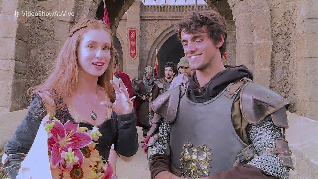 Disfarçado de guerreiro medieval, Felipe Simas surpreende Marina Ruy Barbosa