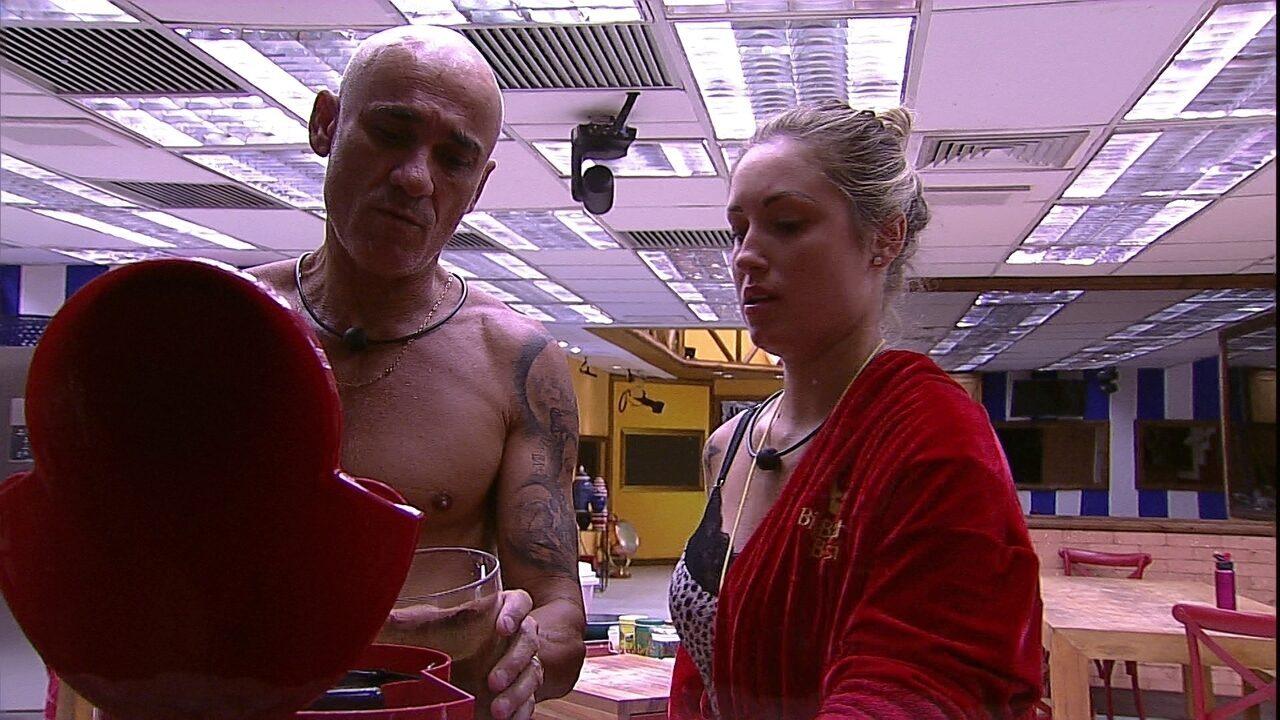 Ayrton ajuda Jéssica a preparar café