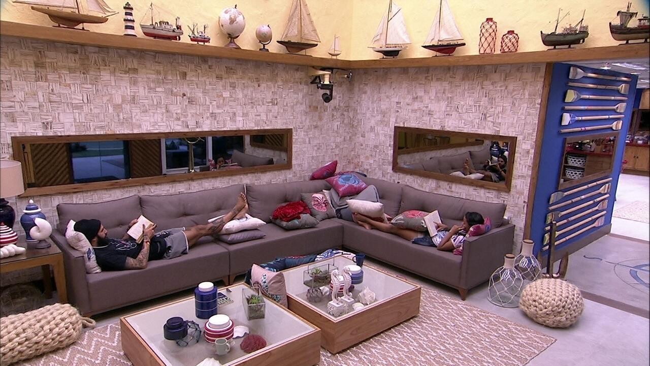 Gleici e Wagner leem no sofá