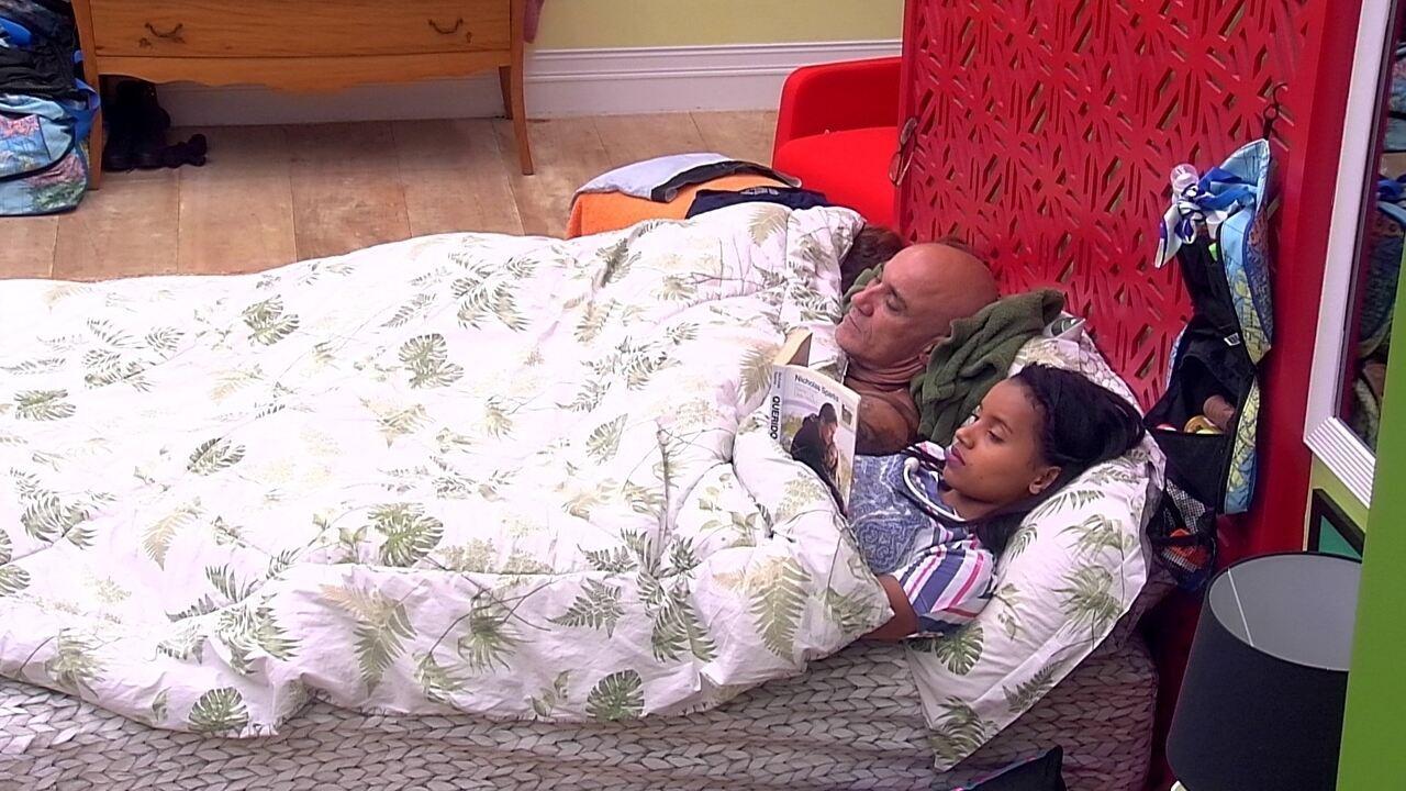 Gleici lê um livro e brothers descansam no Quarto Tropical