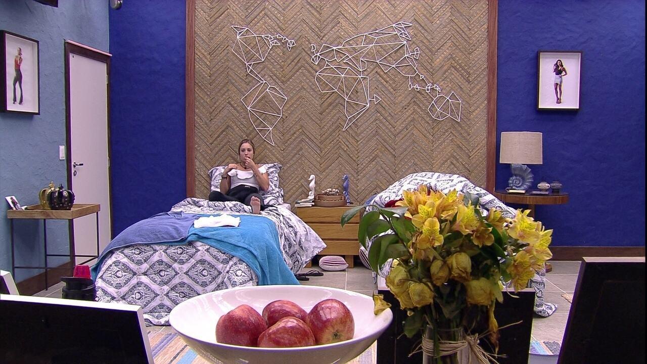Jéssica come chocolates e observa TVs do Bangalô do Líder
