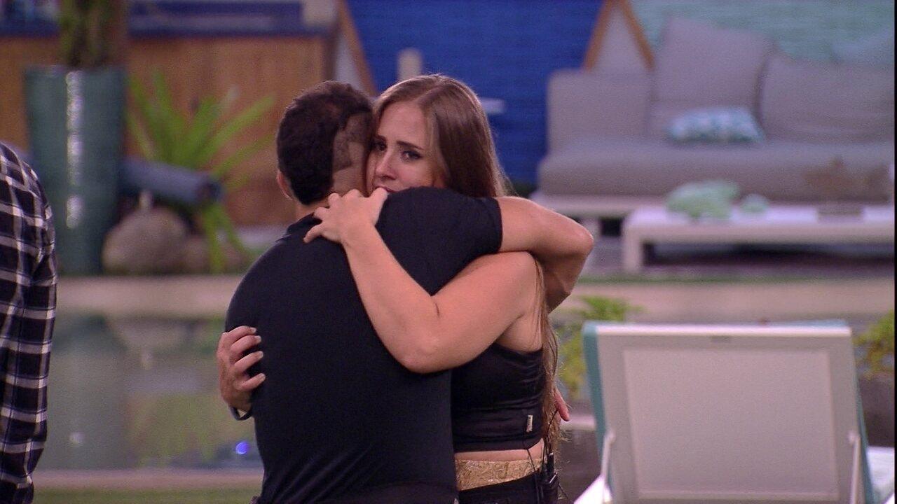 Kaysar oferece massagem para Patrícia e ouve: 'Quando eu voltar'