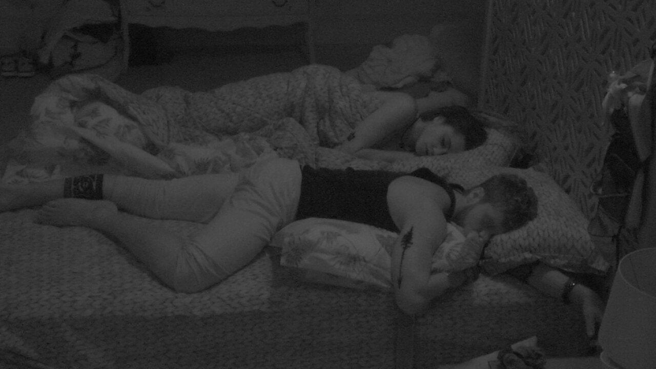 Paula adormece ao lado de Breno no Quarto Tropical