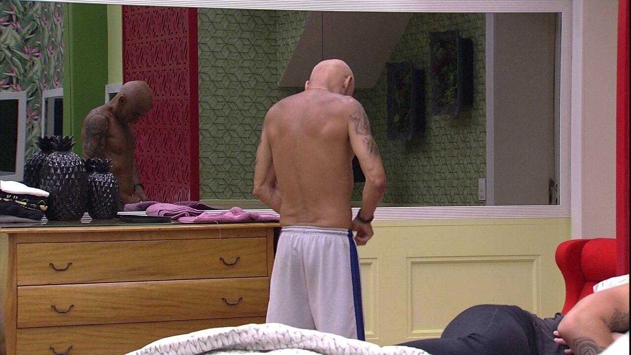 Ayrton troca de roupa após tomar banho