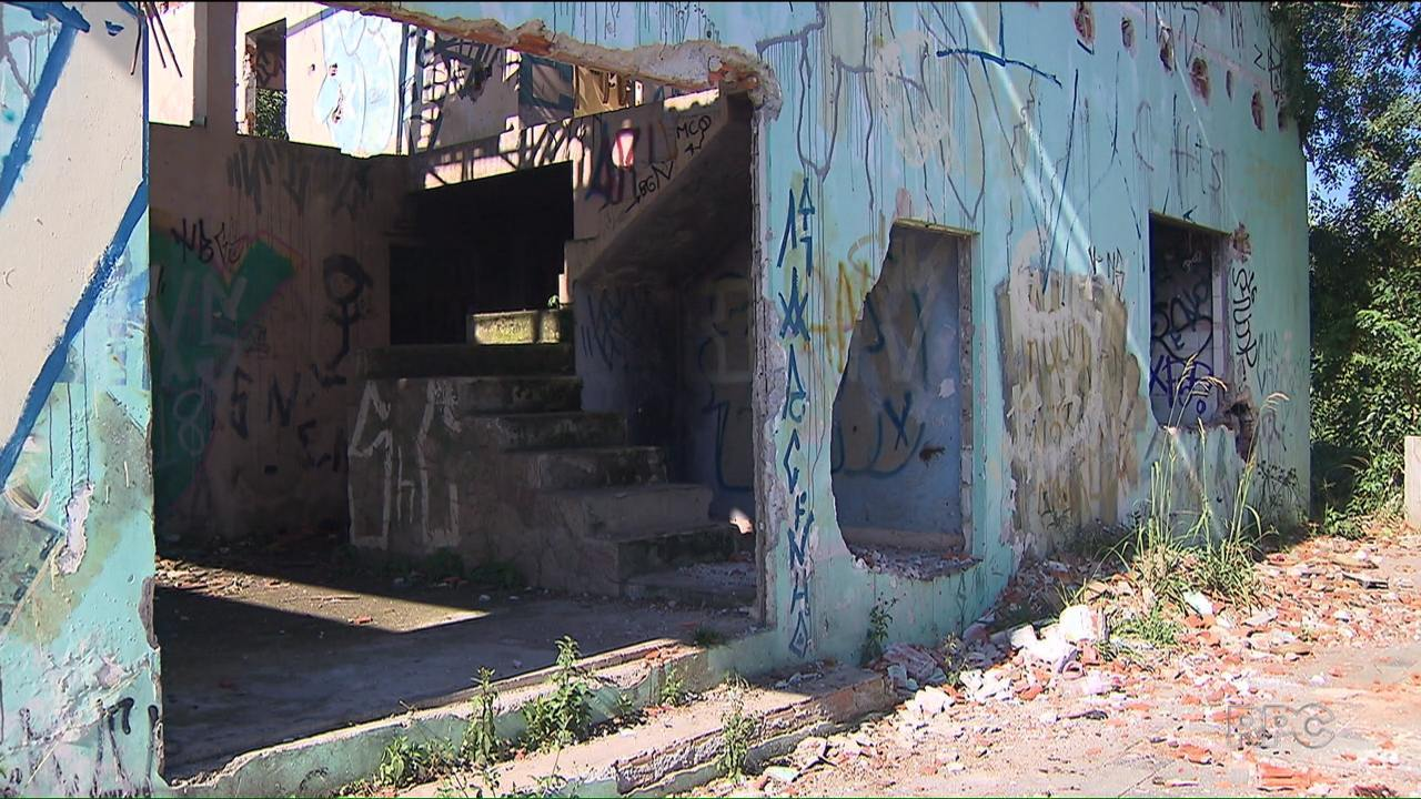 Moradores do Cajuru reclamam do abandono de prédios públicos