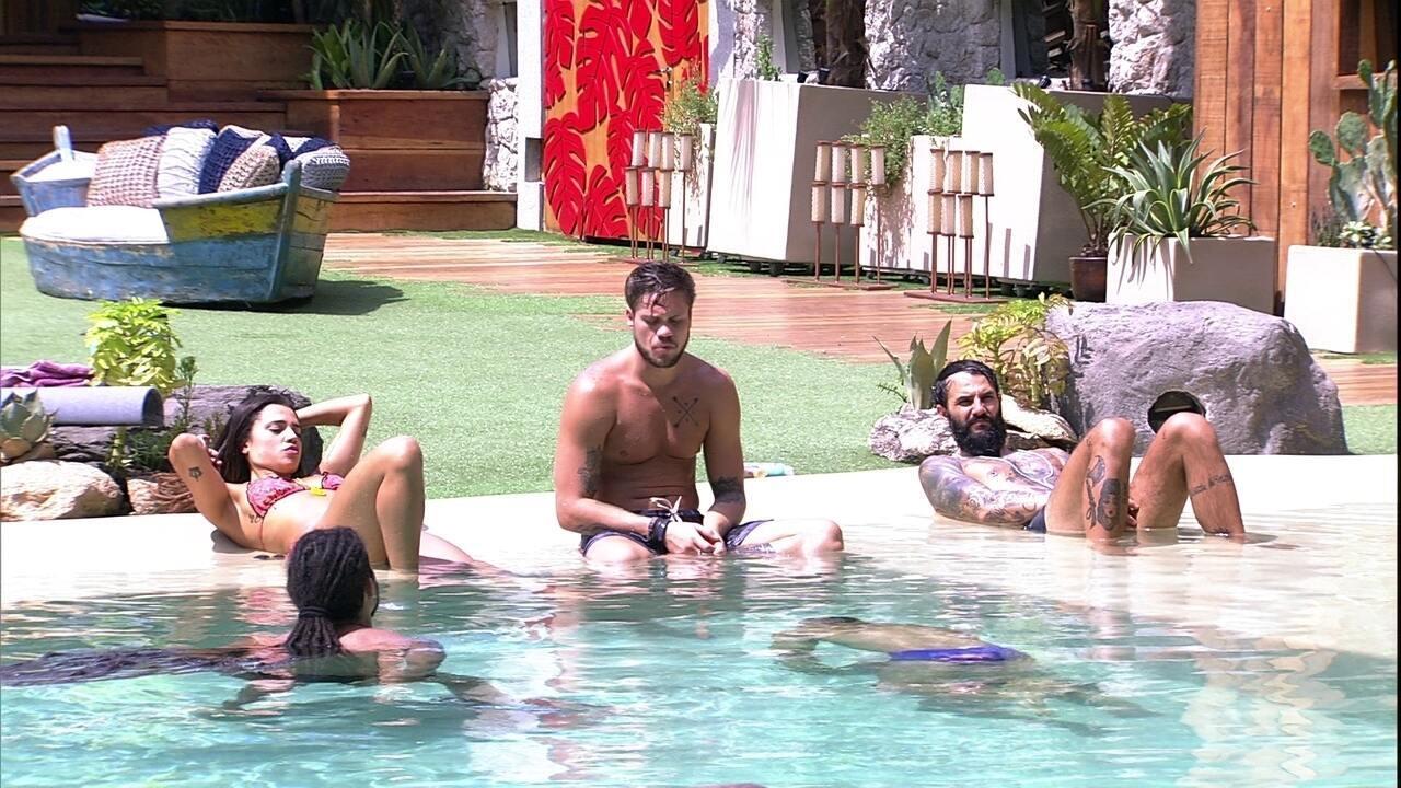 Brothers conversam sobre música na piscina