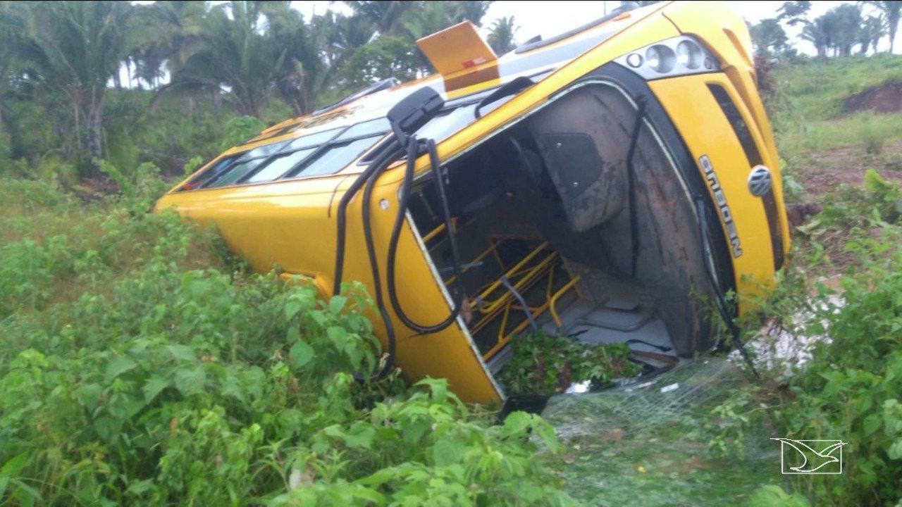 Ônibus escolar que transportava professores sai da pista e tomba na MA-014