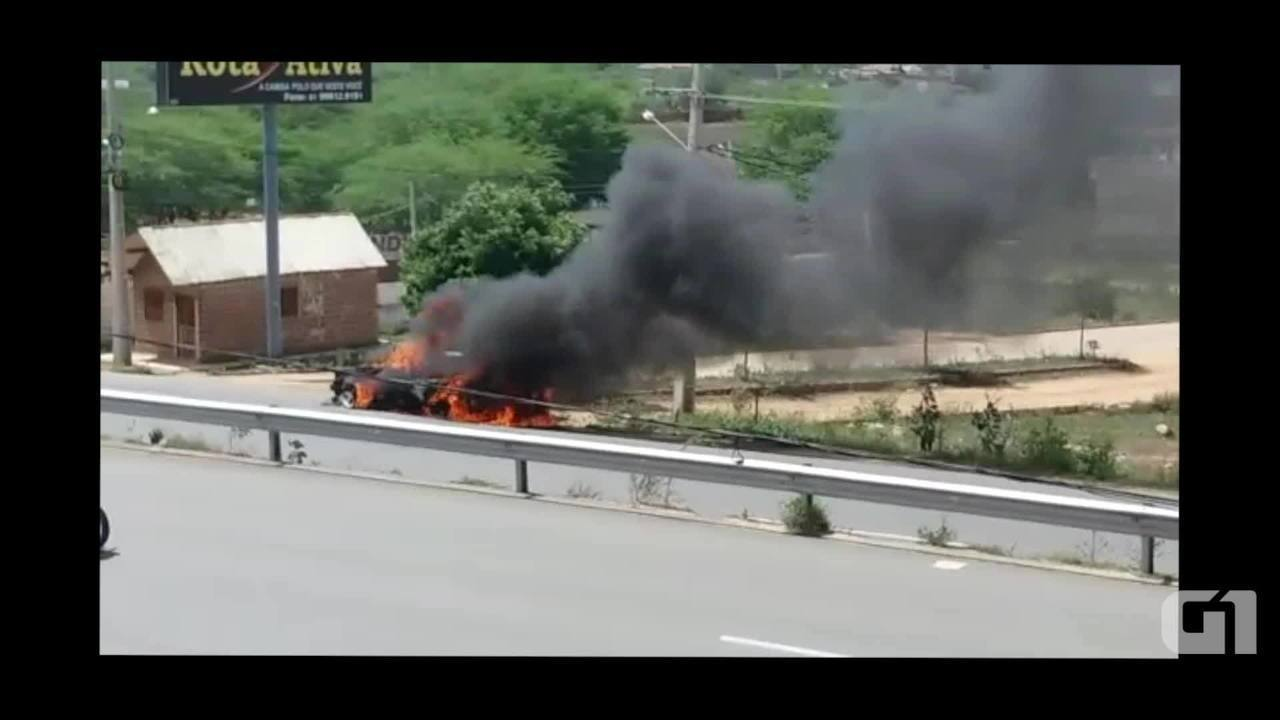 Carro pega fogo em Santa Cruz do Capibaribe