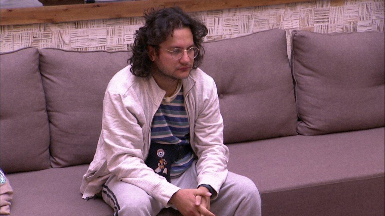 Diego fica pensativo no sofá da sala