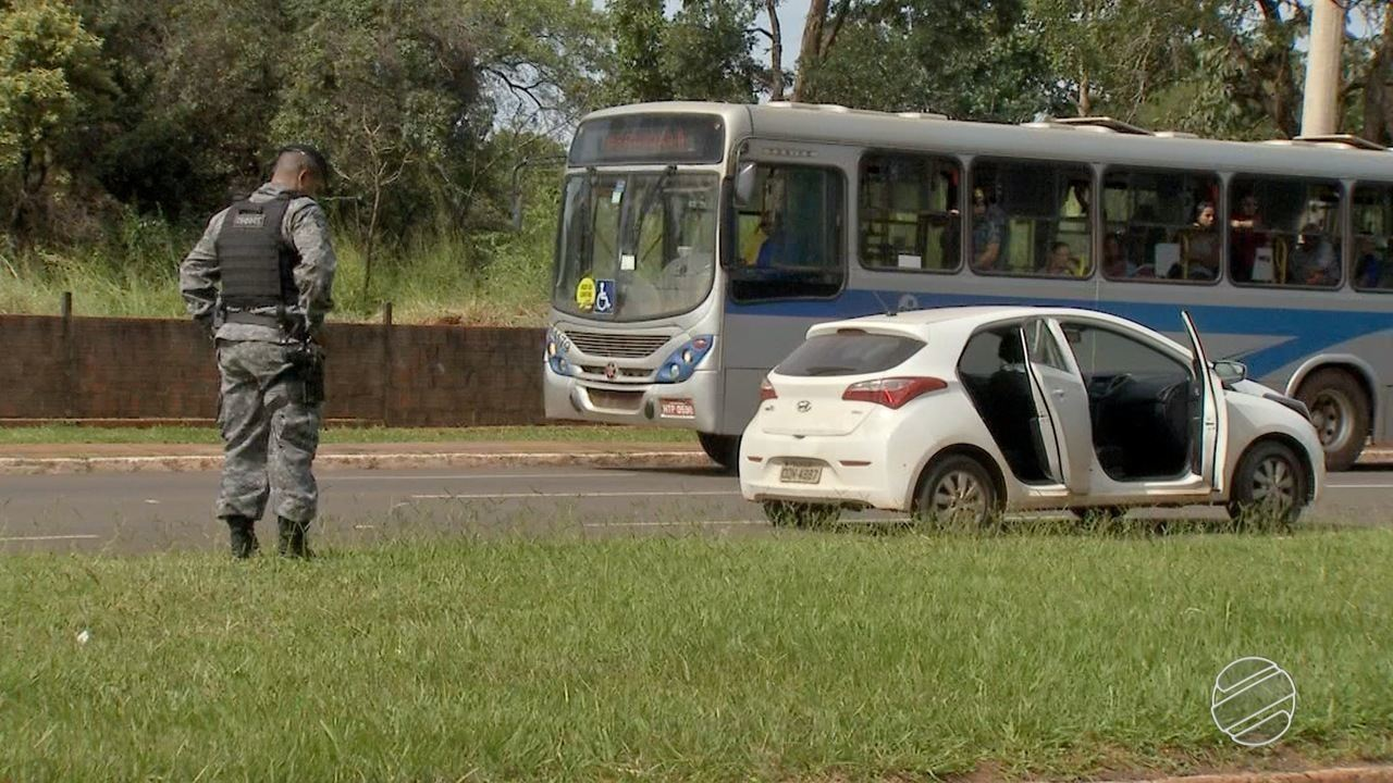 Após perseguição em avenida de Campo Grande, polícia prende suspeitos de roubar carros