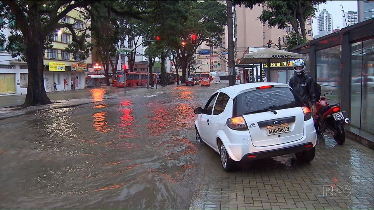 Depois do calorão, chuva castiga Curitiba e alaga mais de 20 pontos na cidade