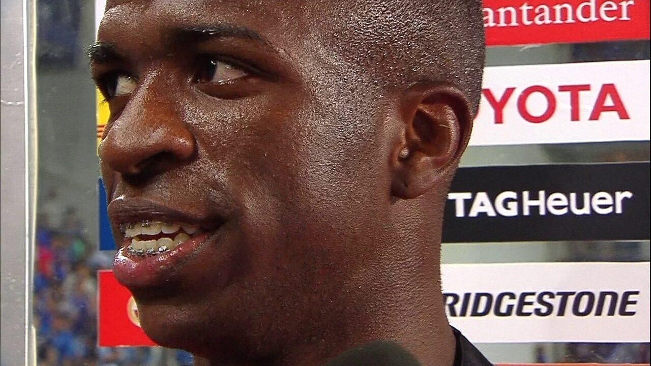 Vinícius Junior presenteia torcedor com a sua camisa após partida contra o Emelec