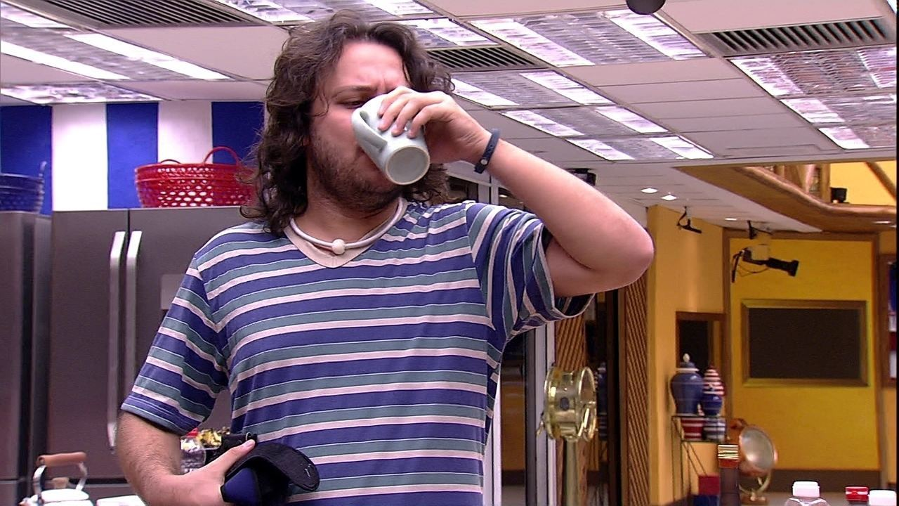 Diego se levanta e bebe leite