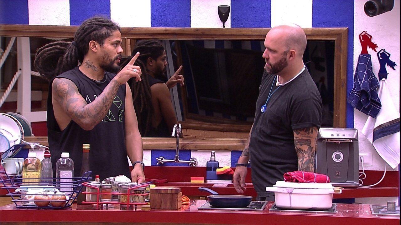Caruso e Viegas vão para cozinha preparar algo para comer