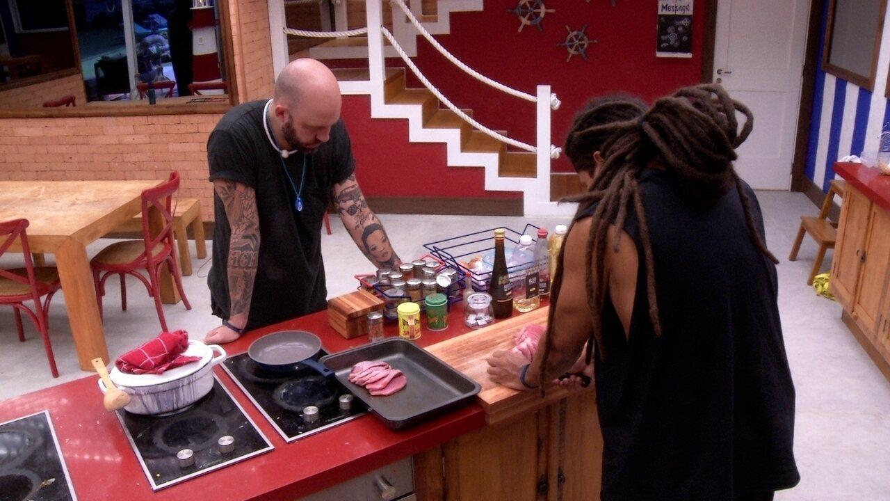 Caruso inspeciona Viegas cortando carne
