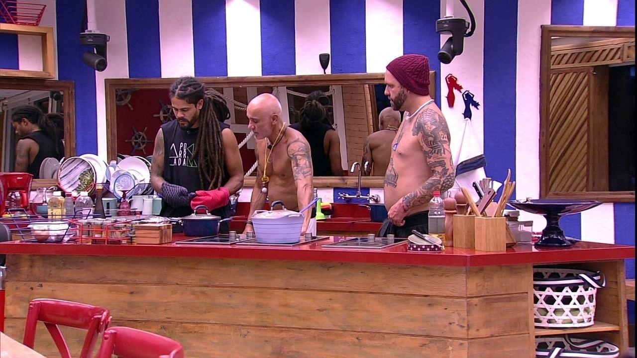 Ayrton auxilia Caruso e Viegas na cozinha