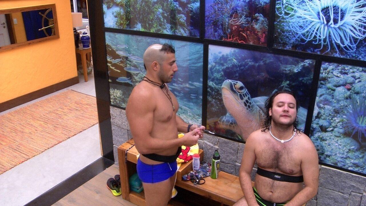 Diego pede para Kaysar cortar seu cabelo e sírio brinca: 'Primeira vez no nosso salão?'