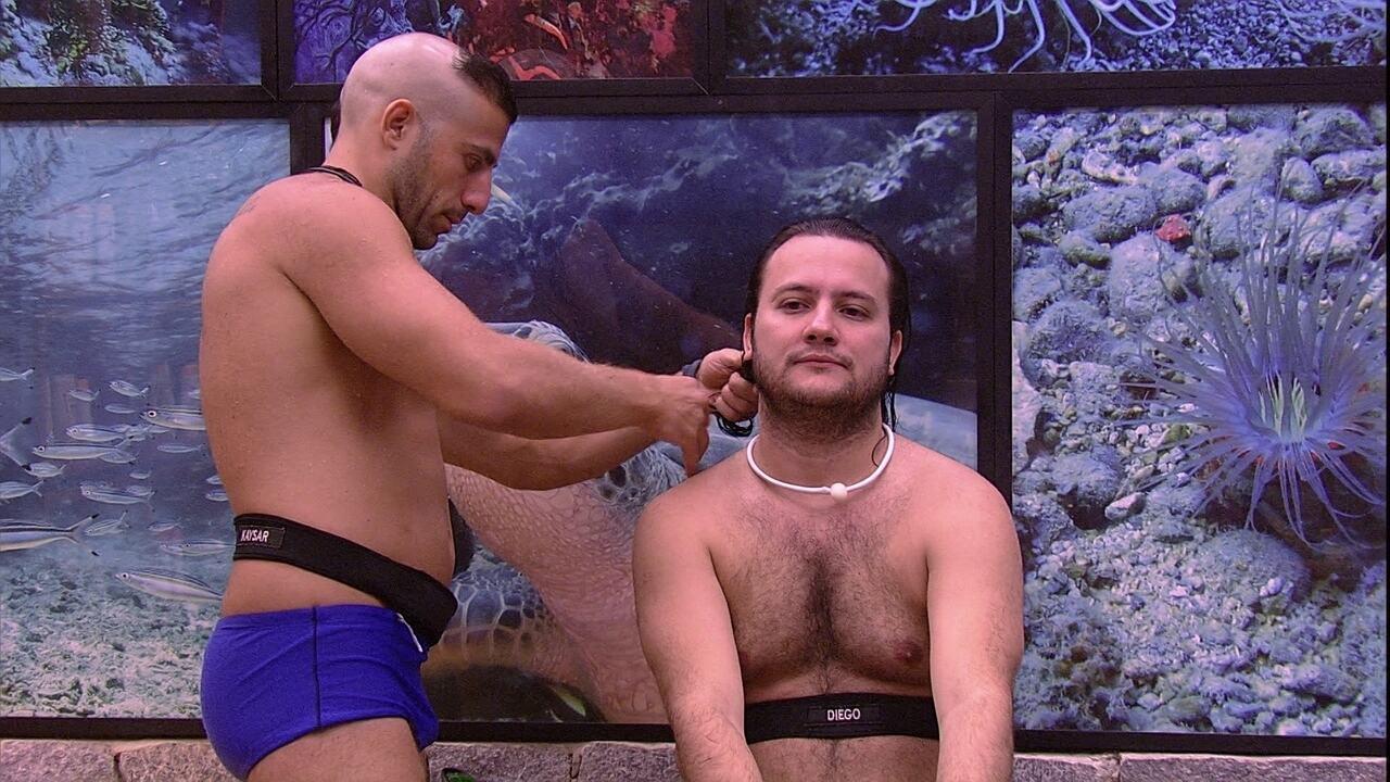 Kaysar corta o cabelo de Diego no banheiro