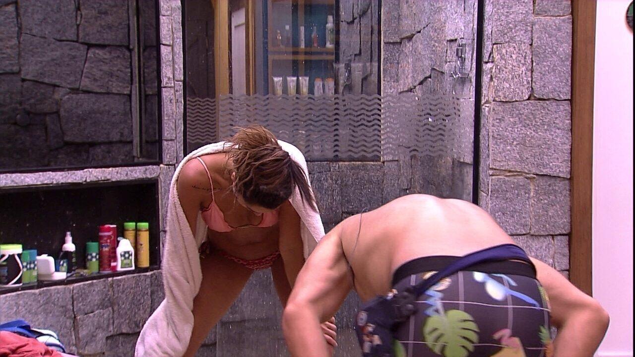 Kaysar e Paula dançam no banheiro após a Festa Intergaláctica