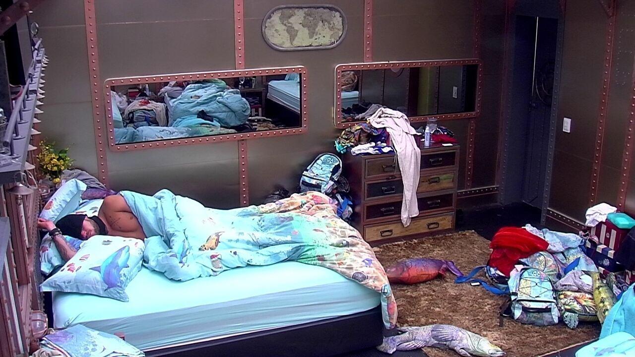 Breno dorme sozinho na cama de casal