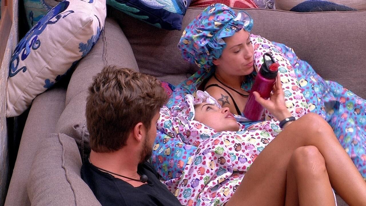 Jéssica sugere a Paula: 'Na hora que quiser ir dormir, eu vou'