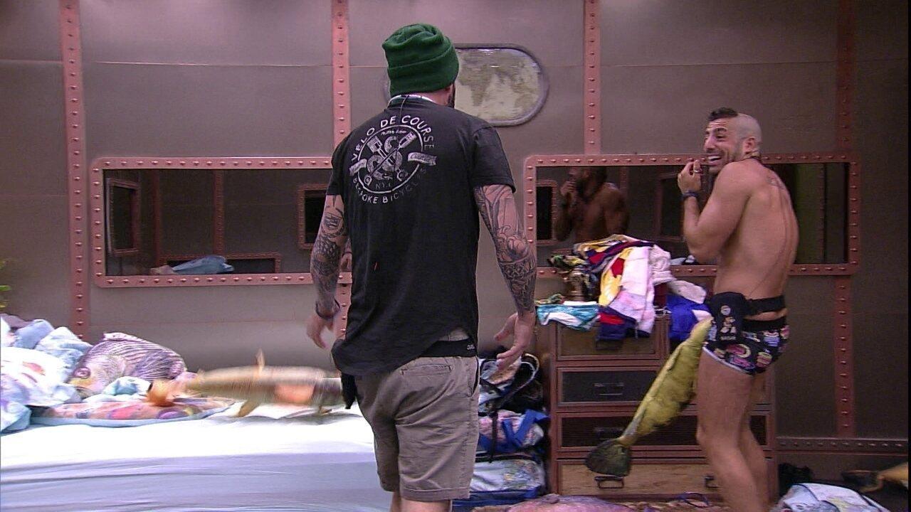 Caruso e Kaysar quebram taça arremessando almofadas