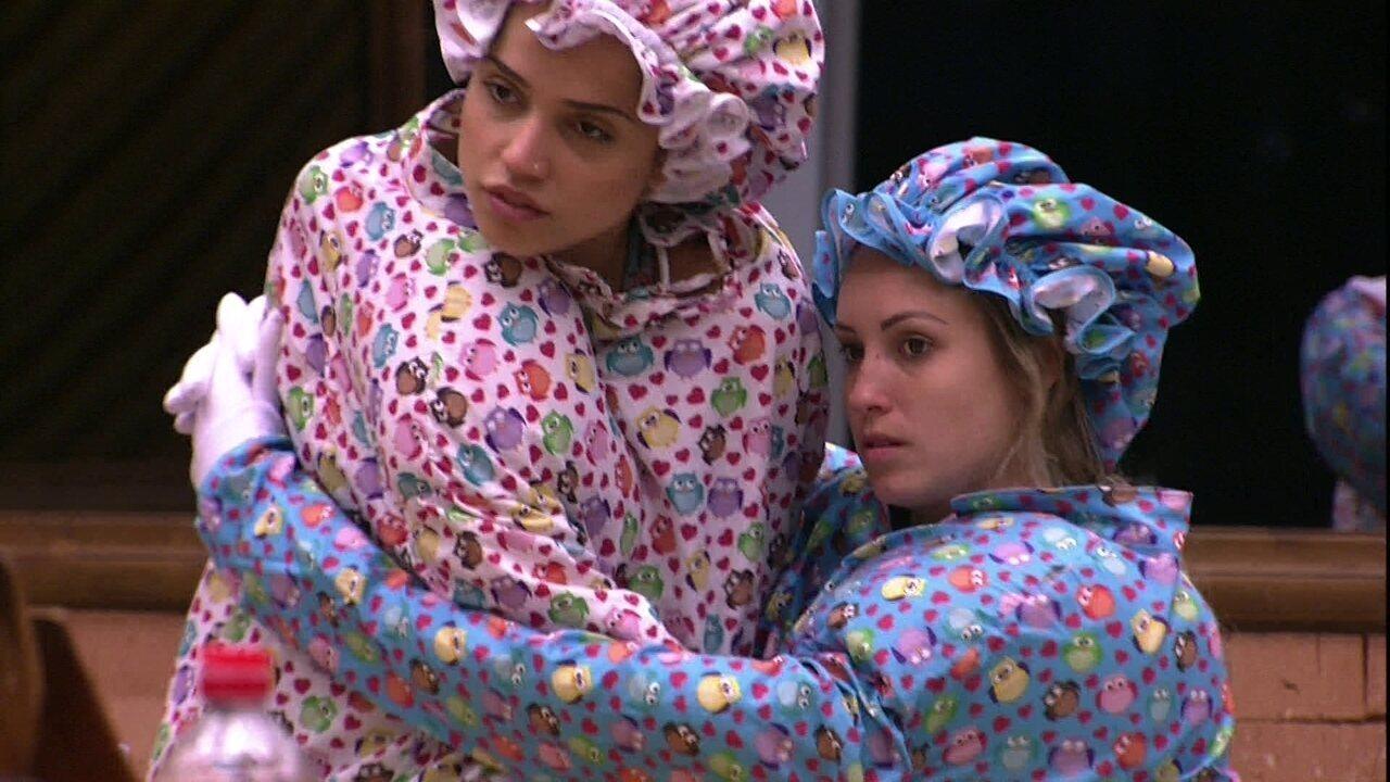 Paula e Jéssica têm dificuldade para sentar no banco da cozinha