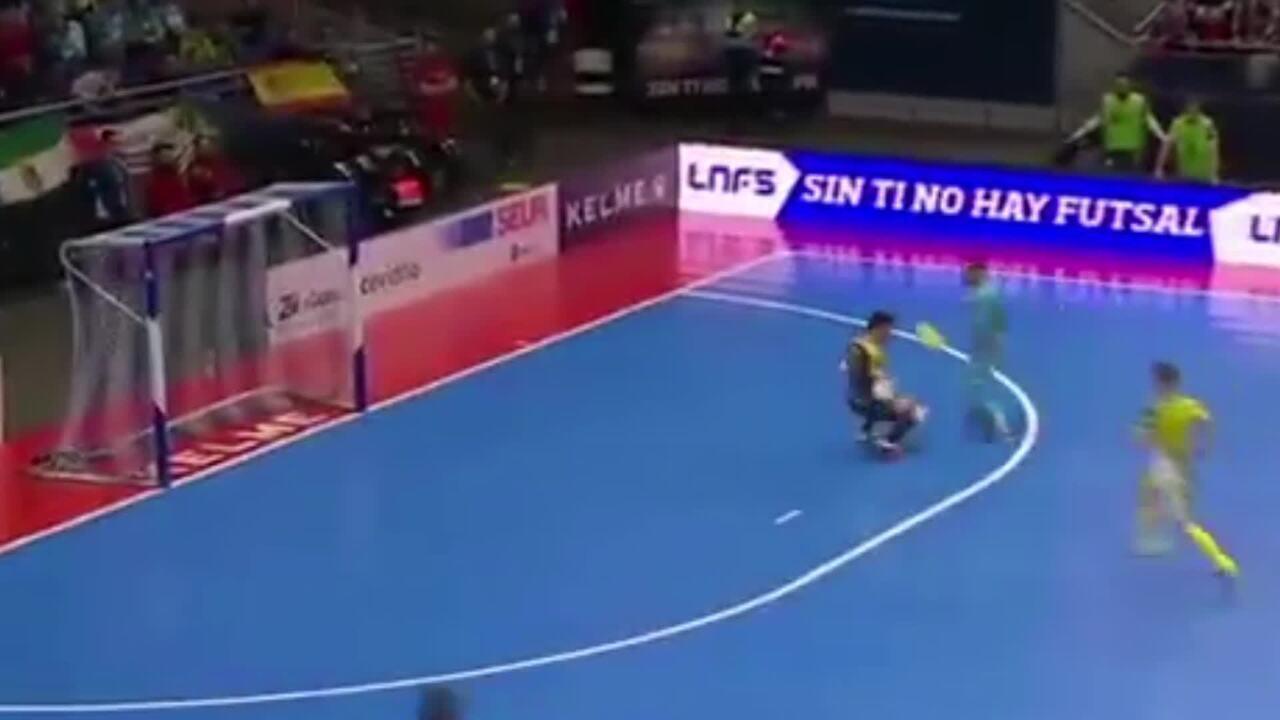 Português Ricardinho aplica chapéu e faz golaço na final da Copa da ... d518551b128c7
