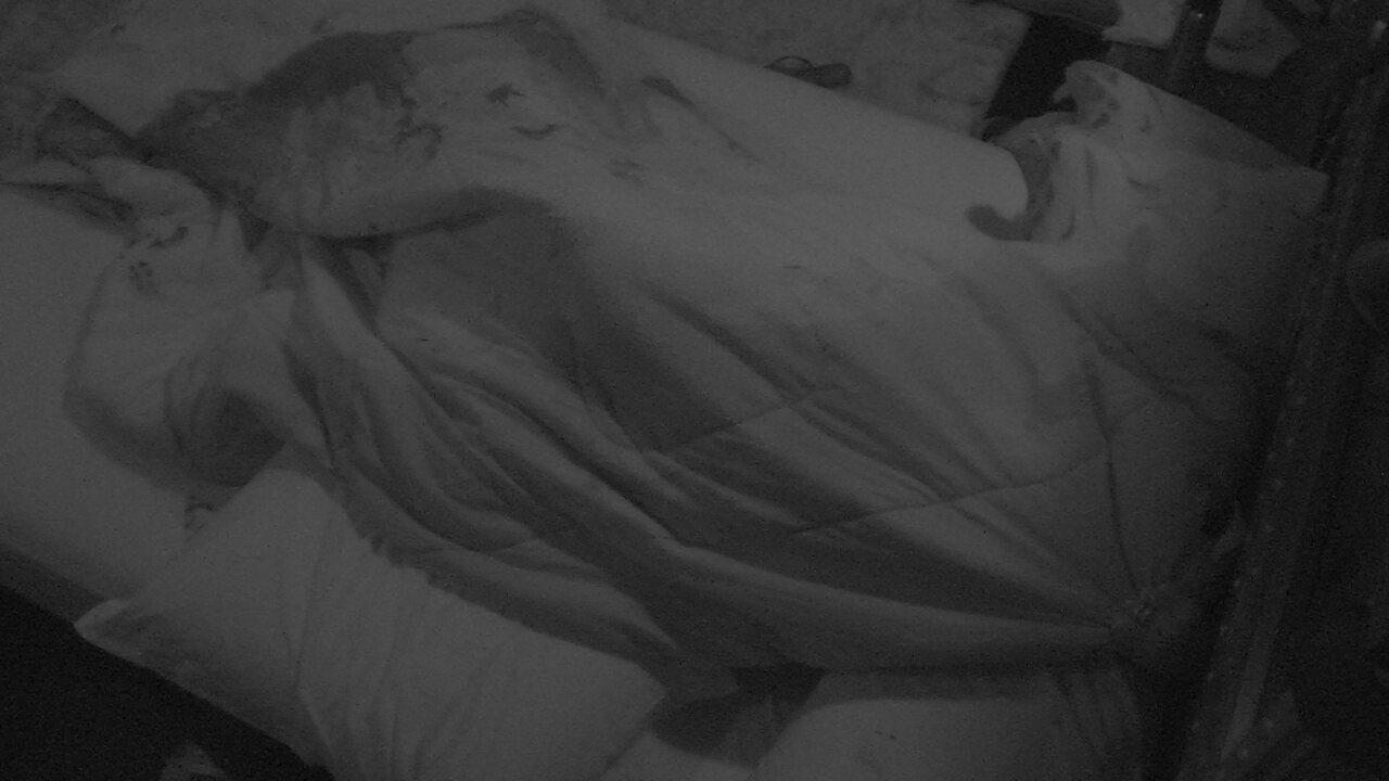 Breno e Paula se beijam embaixo das cobertas e clima esquenta