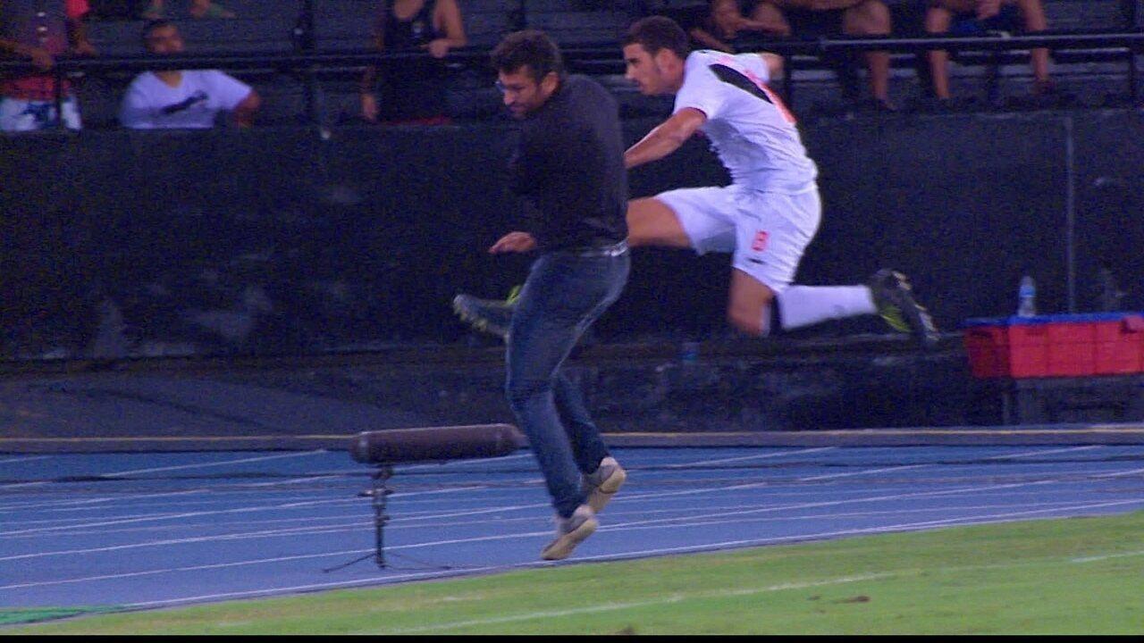 Alberto Valentim tenta atrapalhar jogador do Vasco e é repreendido por árbitro